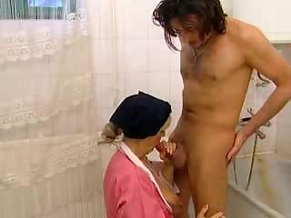 italian milf karola into the tub