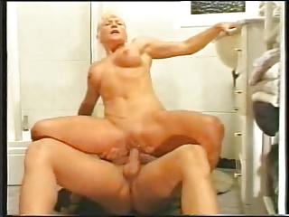 mom enter in tub