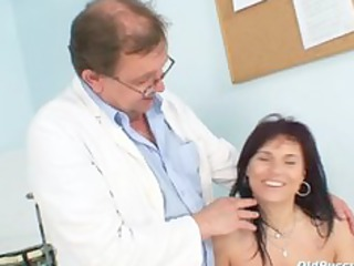 livie gyno slut kitty speculum exam on gynochair