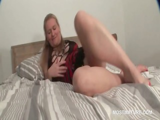 awesome grownup babe exposing her fuckable kitty