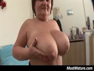 heavy cougar housewife pushing dildo