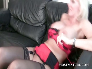 lady enjoys her cougar pussy own dildoed