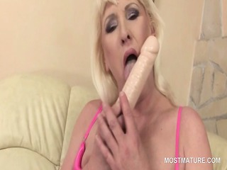 single bleached mature using her favorite porn