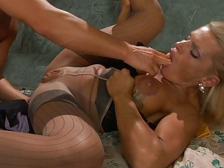 tanned blonde lady in nylons obtains on uneasy